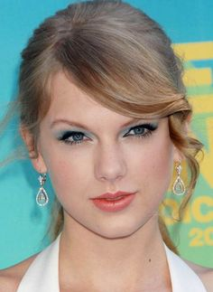 My mom has green eyes and blonde hair, so we have chosen a natural look with light sage green eyeshadow, a little color on the cheeks, and pinkish-coral lipstick for her makeup. Burgundy Blonde Hair, Light Blonde Hair, Ash Blonde, Red Hair Color, Blonde Color, Color Red, Blonde Hair Levels, Taylor Swift 22, Celebrity Makeup Looks