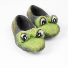 These playful green frog slippers are handmade from natural felted wool. Woolen toddler shoes are non slippery due to Bure Bure latex soles technology. Felting is long and eco-friendly process where wool is felted by hand in to a solid structure with use of clean water and natural soap only and addition of lots of intentions, time, hand warmness and positive energy. MADE BY HANDS FROM 100 % FELTED WOOL. These women home shoes are made from a natural, renewable material - wool. Due to…