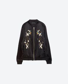 Bomber de viscosa con flores bordados de Zara