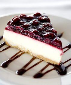 Cheese cakes w Blackberries ~~ Pay de Queso con Zarzamora. Food Cakes, Cupcake Cakes, Cheesecake Recipes, Dessert Recipes, Delicious Desserts, Yummy Food, Gourmet Desserts, Plated Desserts, Mini Cheesecakes