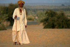 Old man in the Thar Desert (India Khoohdi.) | Vieil homme dans le désert du Thar (Khoohdi. Inde) | Viejo hombre en el desierto de Thar (India Khoohdi.)