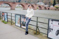 Casual Outfit in Heidelberg - Fashion Blogger Vanessa Pur  - Fashion Blog Germany - Fashion, Style, Lookbook, OOTD, Look, Outfit, Frau, Woman, Diva, Blogger, Winter, Jeans, Jeanshose, Denim pants, Pullover, Tommy Hilfiger, ZARA, Gigi Hadid Collection, cozy Lookbook.  Jeans und weißer Pullover, dazu einfach nur Stiefeletten - gibt es diesen Look bei einer Luxus-Fashionbloggerin? Muss es immer das Abendkleid sein oder der Minirock?