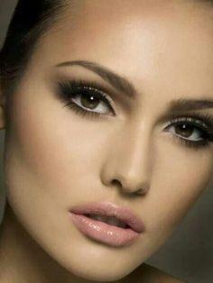 Maquillaje con sombras marrones y labios nude para las novias más sencillas