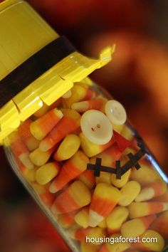 Candy Corn is fun fall treat. When packaged as a candy corn Scarecrow who can resist it! These little scarecrows are easy to make from recycled materials. Fall Crafts For Kids, Thanksgiving Crafts, Holiday Crafts, Crafts To Make, Pink Halloween, Halloween Goodies, Halloween Treats, Candy Corn, Pill Bottle Crafts