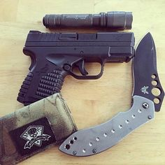 #edc Dump by the man himself @jim_thekraken_erwin  A little pocket change for today. Springfield XDS 9mm. Sure fire E2L Outdoorsman. Who can tell my the model on my @Benchmade??! And my business card holder from @greyghostgear