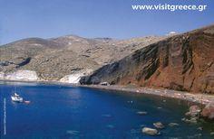 Rot! Kokkini Paralia auf Santorin hat einen roten Strand! Zu finden ist er in der malerischen Bucht Kokkini Paralia im Süden der griechischen Insel Santorin, wo sich schwarze und rote Vulkansteine mischen – umgeben ist er von ebenfalls roten, steil abfallenden Klippen. Das dunkle Rot und das tiefe Blau des Mittelmeers ergeben eine ungewöhnliche Kulisse für einen Strandtag. Reisetipp bei lastminute.de: 4-Sterne Hotel Notos Therme & Spa. © Greek National Tourism Organisation, Stafylidou