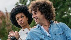 """A Netflix divulgou as primeiras imagens do filme Os 7 de Chicago, dirigido por Aaron Sorkin. Na trama, o que era para ser um protesto pacífico na Convenção Nacional do Partido Democrata, em 1968, acaba se transformou em um violento confronto com a polícia e a Guarda Nacional dos EUA. """"Os organizadores do protesto — que incluíam nomes como Abbie Hoffman, Jerry Rubin, Tom Hayden e Bobby Seale — foram acusados de conspiração por incitar a desordem, e o julgamento decorrente foi um dos mais no Sacha Baron Cohen, Joseph Gordon Levitt, Michael Keaton, Noah Baumbach, Netflix, Chicago, Bobby, Seventh Grade, Martin Scorsese"""