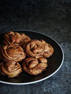 Kanelbullar – švédské skořicové uzlíky – The Olive Almond, Food, Essen, Almond Joy, Meals, Yemek, Almonds, Eten