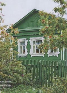 This little house reminds me of Russia ... the perfect summer dacha