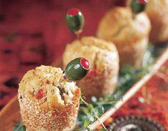 Välimeren muffinit Kuumenna maito. Mittaa maidosta kuppiin 0,5 dl ja liuota siihen hiiva. Paloittele rasva ja juusto ja sekoita palat kuumaan maitoon sulamaan. Lisää sokeri ja suola. Silppua mukaan oliivit, paprika ja aurinkokuivatut tomaattipalat, maito-hiivaliemi sekä munat. Sekoita lopuksi mukaan jauhot. Voitele 1,5 dl:n muffinivuoat ja vuoraa ne korppujauhoilla tai seesaminsiemenillä. Nostele taikina vuokiin. Peitä …