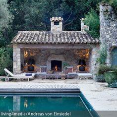 Welch ein Luxus: Von der abendlichen Runde im Pool ist man in Nullkommanix im offenen Kaminzimmer und kann sich am warmen Kamin einkuscheln. Schwere Steinmöbel…