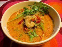 Thai-inspireret suppe med rød karry, vannamei-rejer, ris og grønt