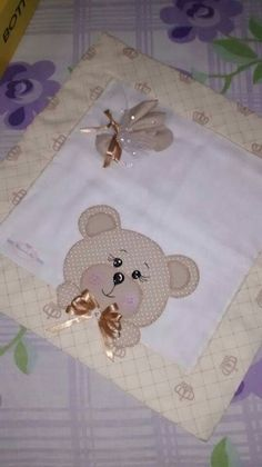 Frauda de bebê Baby Quilt Patterns, Applique Patterns, Applique Designs, Diy Home Crafts, Baby Crafts, Felt Crafts, Hand Sewing Projects, Quilting Projects, Baby Frocks Designs