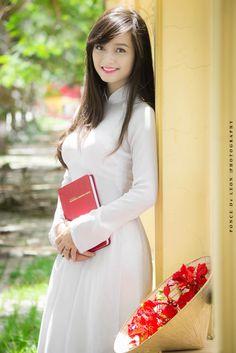 Quynh Tram Vietnamese Traditional Dress, Vietnamese Dress, Traditional Dresses, Asian Woman, Asian Girl, Asian Ladies, Geisha, Vietnam Girl, Brunette Beauty