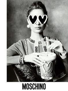 Moschino lancia una campagna pubblicitaria ricca di top model (e abiti provocatori)