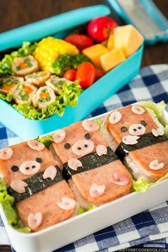 Have you caught on the ('character' + 'bento') trend? It's when you deck out your bento box for edible art. Like these 🐷… Bento Box Lunch For Kids, Cute Lunch Boxes, Lunch Ideas, Bento Ideas, Japanese Bento Box, Japanese Food Art, Japanese Style, Spam Musubi, Easy Japanese Recipes