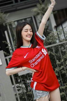 Liverpool Girls, Anime Cosplay Girls, Football Outfits, Fangirl, Sweatshirts, Cute, Sunshine, Sweaters, Student