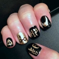 Black shellac and ring finger in gold with glasses and lightening bolt Bright Nail Polish, Black Nail Polish, Nail Polish Colors, Black Nails, Gel Polish, Shellac Colors, Harry Potter Nails Designs, Harry Potter Nail Art, Fancy Nails