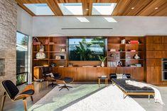 Palms Residence Casa moderna con fachada de madera y piedra vista diseñada por los Arquitectos de Electric Bowery en Venice Beach Los Ángeles, California.
