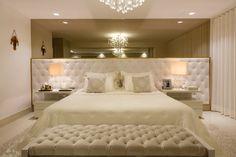 Suíte de casal com décor clássico e contemporâneo com cores claras! - DecorSalteado