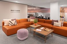 Charlie Greene Studio and T Clifton Design have designed the WELL-focused Allsteel & Gunlocke Merchandise Mart showroom located in Chicago, Illinois. Corporate Office Design, Corporate Interiors, Office Interiors, Modular Lounges, Modular Sofa, Thermal Comfort, Community Space, Building Systems, Waiting Area