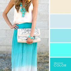 Chica usando un vestido de color azul con una blusa blanca y una bolsa de color blanco