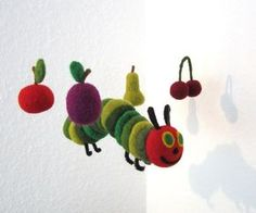 Wundeschönes Mobile mit einer dicken, grünen Raupe und vier Früchten nach Wahl. Bitte bei der Bestellung angeben. Bei den Früchten stehen zur Auswahl: - Apfel - Birne - Erdbeere -...