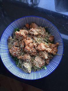 Japanse salade van zalm, geroerbakte groente en sla. Met soja, gember, gemberolie en sesamolie. 15 min in oven met marinade. En sesamzaadjes roosteren.