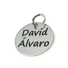 Colgante de plata de primera ley redondo de 18 mm de diámetro con dos nombres a elegir. Fabricado al láser en España
