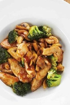 Wok with chicken, champignons and broccoli I Love Food, Good Food, Yummy Food, Healthy Diners, Asian Recipes, Healthy Recipes, Happy Foods, Food Inspiration, Tapas
