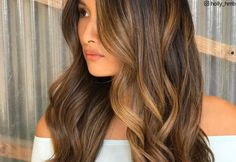 Caramel highlights? Yes, please! Add a hint of rich sweetness to your hair with an absolutely delectable shade of caramel. Take a look at our collection of stunning caramel highlights and add some oomph to your tresses today! Caramel Balayage Highlights, Chunky Blonde Highlights, Hair Color Highlights, Hair Color Balayage, Haircolor, Blue Black Hair Color, Cool Hair Color, Brown Hair Colors, Medium Hair Styles