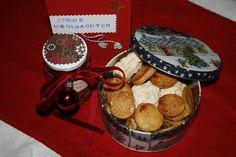 selbst gemischter Weihnachtstee mit Zimt und so und eine Dos mit Gutsle (Kekse) und zwar Marzipantaler, Kokosmakronen und Mandel Marzipan Häppchen