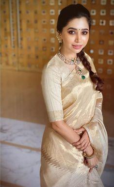 Aarthi Ravi giving us major saree goals! Trendy Sarees, Stylish Sarees, Sari Blouse Designs, Bridal Blouse Designs, Indian Silk Sarees, Indian Beauty Saree, Bengali Saree, Saris, Saree Jewellery