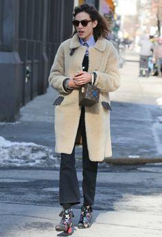 2/10 #アレクサ・チャン #ムートンコート #オーバーオール #星柄ブーツ #outfit |海外セレブ最新画像・私服ファッション・着用ブランドまとめてチェック DailyCelebrityDiary*