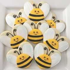 Adorable bee cookies made from a heart shaped cookie! Bee Cookies, Fancy Cookies, Valentine Cookies, Cut Out Cookies, Easter Cookies, Cookies Et Biscuits, Cupcake Cookies, Flower Sugar Cookies, Bee Cupcakes