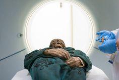 Momia de Michael Orlovitsa deja la tomografía del Centro Médico Cedars-Sinai en Los Angeles.
