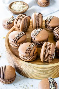 Nutella Macarons (with video) - Pies and Tacos - - Nutella Macarons with a Nutella Buttercream filling, drizzled with melted chocolate and chopped hazelnuts. So delicious! Macaron Nutella, Ganache Macaron, Macaron Filling, Macaron Flavors, Macaron Recipe, Just Desserts, Delicious Desserts, Yummy Food, Fancy Desserts