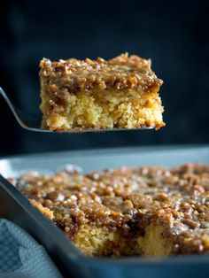 Homemade Granny Cake with pecan and brown sugar topping Baking Recipes, Cake Recipes, Dessert Recipes, 13 Desserts, Delicious Desserts, Granny Cake Recipe, Pecan Cake, Cake Tasting, Cake Servings
