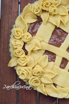 Decorazioni in pasta frolla Pie Dessert, Dessert Recipes, Creative Pie Crust, Beautiful Pie Crusts, Rodjendanske Torte, Pie Crust Designs, Pie Decoration, Pie Tops, Mini Desserts