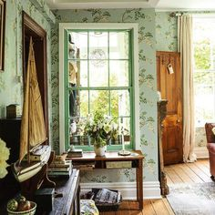 Elegant English country living room ideas for your home. English cottage interior design suggestions and inspiration. English Cottage Interiors, English Cottage Style, English Interior, English Decor, Elsie De Wolfe, Cozy Cottage, Cottage Living, Coastal Cottage, Of Wallpaper