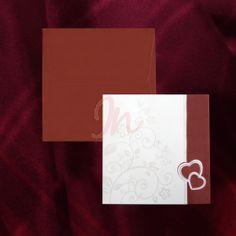 Invitatia contine o combinatie de doua culori: crem si bordo, cu design floral perlat, inchiderea facandu-se cu ajutorul celor 2 inimioare.Plicul bordo este inclus in pret! #invitatii de #nunta #mirese #rosu