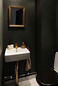 Gubi Ts Coffee Table Ø 55 Couchtisch schwarz Marmor grau Gubi White Bathroom Interior, Diy Furniture Table, Powder Room Design, Restaurant Interior Design, Bathroom Renovations, Interior Styling, Small Bathroom, House Design, Home