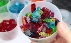 Suikersiroop, water, gelatine en een paar mallen voor ijsblokjes in de vorm van…