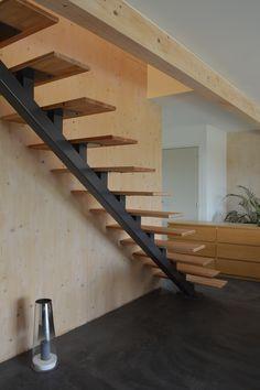 Escalier droit en métal peint et marches en bois. Création Steel-Home