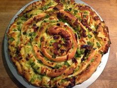 olles *Himmelsglitzerdings*: Knoblauch-Käse-Brotrad mit Zwiebeln und knusprigem Schinken