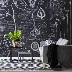 Coole DIY-Idee: Diese Wohnzimmerwand lässt sich ohne viel Aufwand in eine Tafel verwandeln. Alles, was man dafür braucht, ist schwarzer Tafellack und ein  …