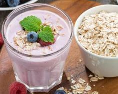 Smoothie brûle-graisses aux fruits rouges et flocons d'avoine : http://www.fourchette-et-bikini.fr/recettes/recettes-minceur/smoothie-brule-graisses-aux-fruits-rouges-et-flocons-davoine.html