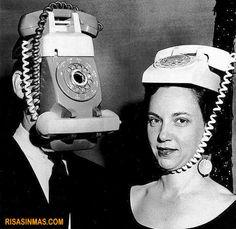 Manos libres modelo de 1950 ¿Pilar llevas puesto el manos libres? Sí y tu Antonio ¿Te has puesto el nuevo teléfono con radio, manos libres y rellamada que te he regalado?    visto enhttp://bit.ly/y0ZQlG