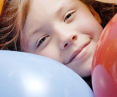 Spiele zum Austoben für drinnen | Wasserbombenweitwurf oder Tauziehen - im Garten ein riesiger Geburtstagsspaß, im Haus der Schrecken aller Eltern. Aber auch wenn es draußen regnet, wollen Kinder am Kindergeburtstag toben. Das geht auch drinnen! Unsere Tipps beweisen es.