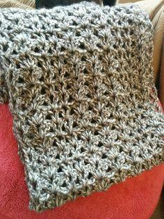 かぎ針で編む、男性にもおすすめのシンプルな模様編みのスヌード(カウル)の編み方と編み図を紹介しているページです。 Vステッチやシェル編みといった簡単な編み方で編めるので初心者やプレゼントにもおすすめのスヌードです。